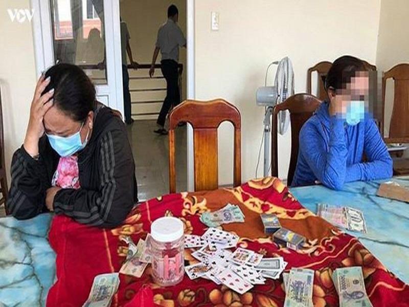 Bắt quả tang nhóm nam, nữ tụ tập đánh bạc tại thành phố Vinh