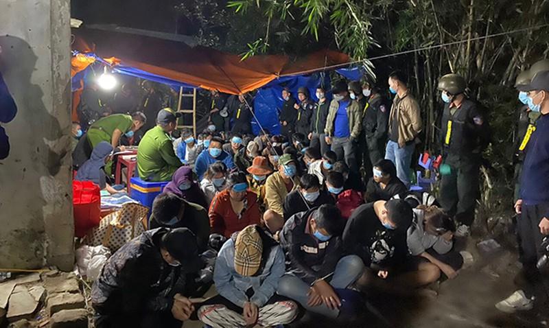 Khởi tố 32 đối tượng tham gia sới bạc khủng ở Bình Định