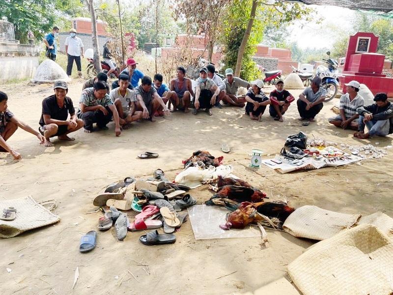 Cảnh sát cơ động đột nhập bắt quả tang gần 100 con bạc đang sát phạt