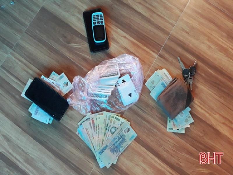 Khởi tố 4 cán bộ, nguyên cán bộ và giáo viên, y tế xã ở Hà Tĩnh về tội đánh bạc